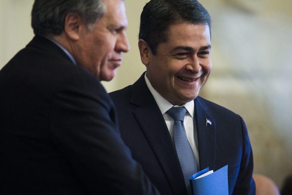 El secretario general de la (OEA), Luis Almagro (i), y el presidente de Honduras, Juan Orlando Hernández (d)