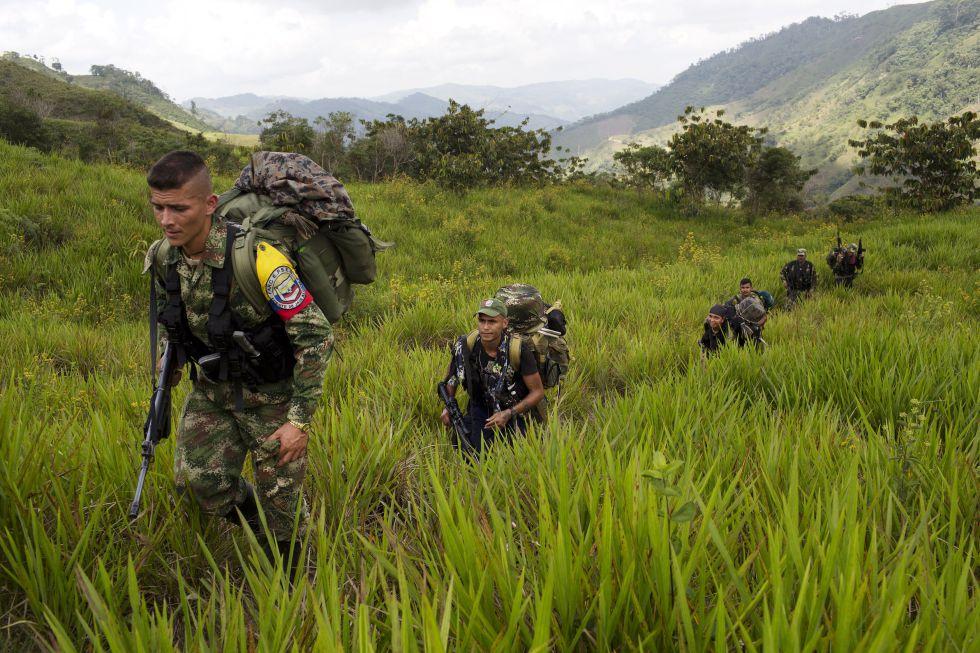Miembros de las FARC caminan hacia un campamento en Antioquia