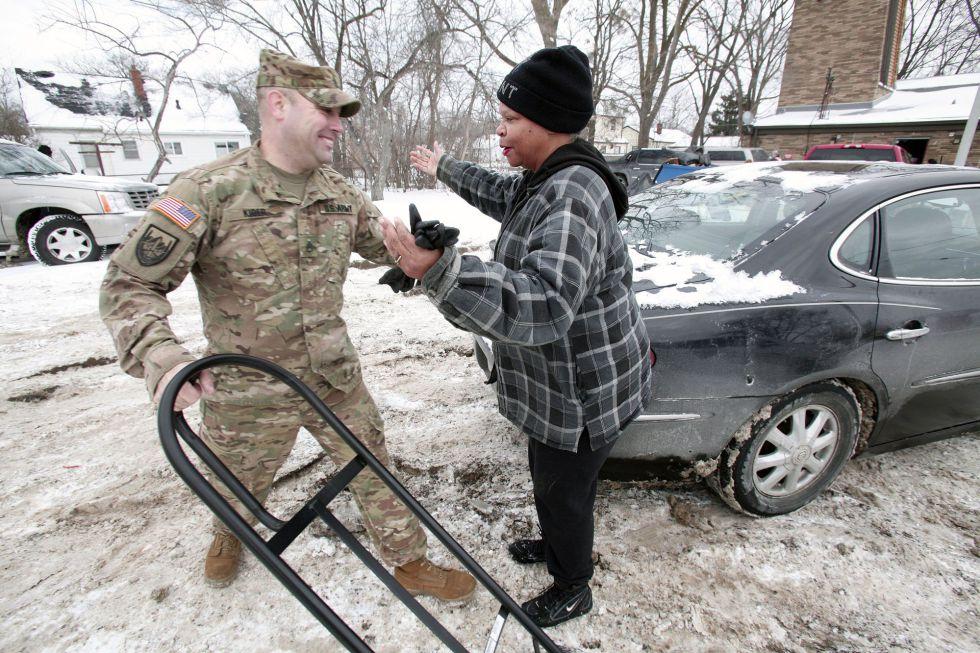 La Guardia Nacional Michigan reparte agua a los residentes de Flint