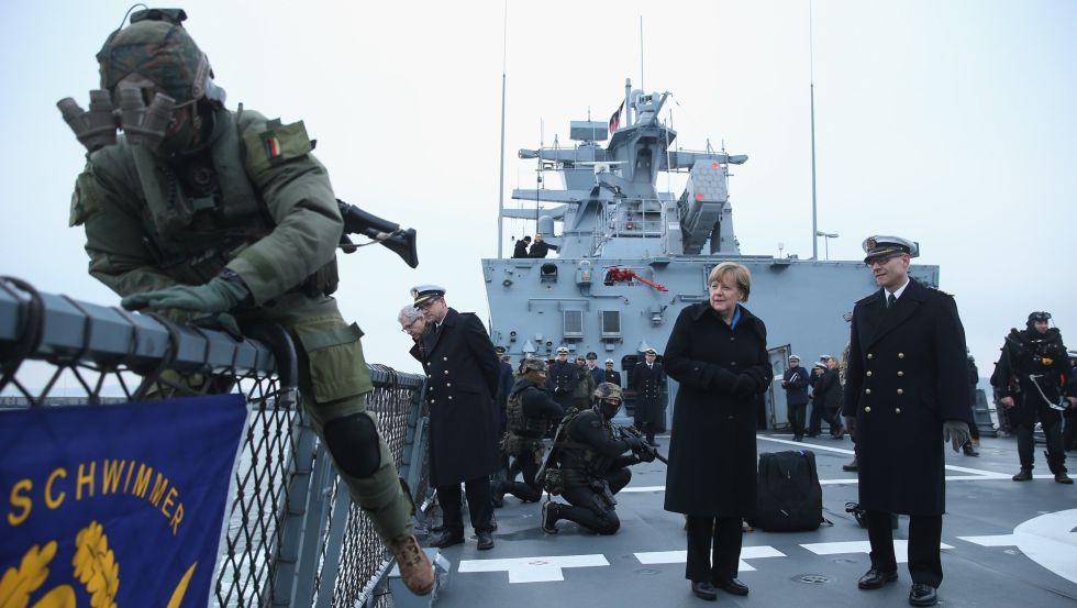 La canciller alemana, Angela Merkel, visita el pasado martes la fragata Braunschweig en Kiel, Alemania.