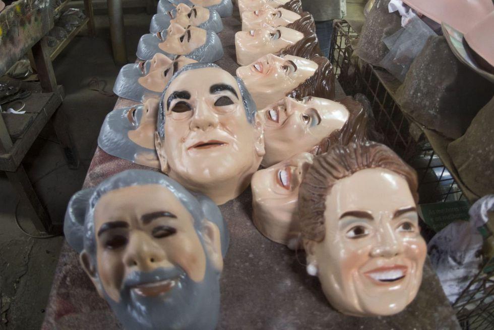 Máscaras del expresidente Lula da Silva y la presidenta Dilma Rousseff