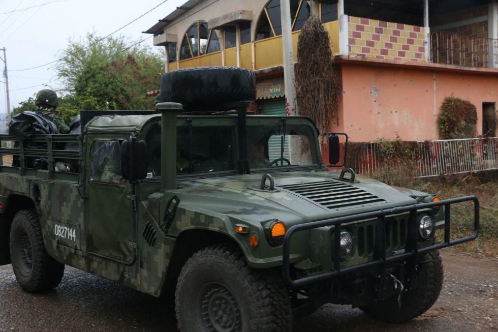 El Ejército recorre un poblado cercano a donde hallaron muerto a uno de los maestros secuestrados.