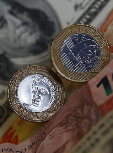 Monedas y billetes estadounidenses y brasileños.
