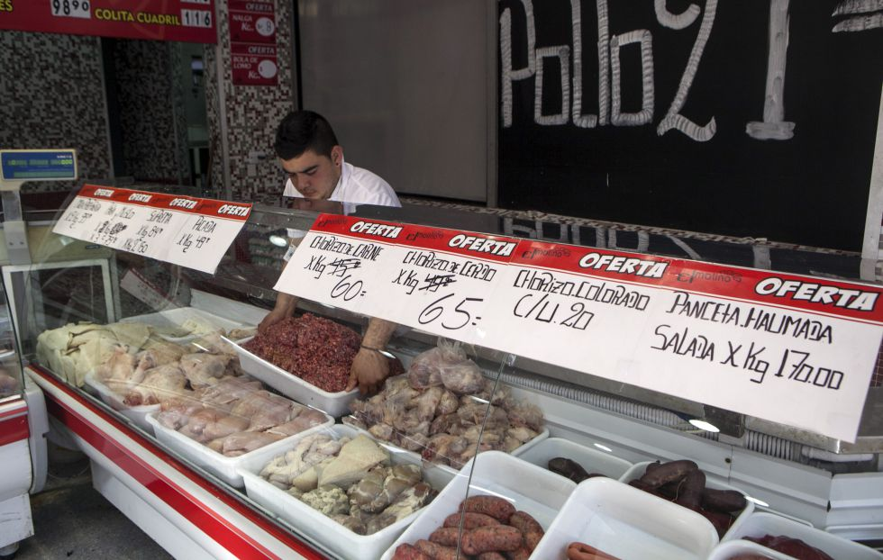 Una carnicería exhibe los precios de antes y con el incremento.