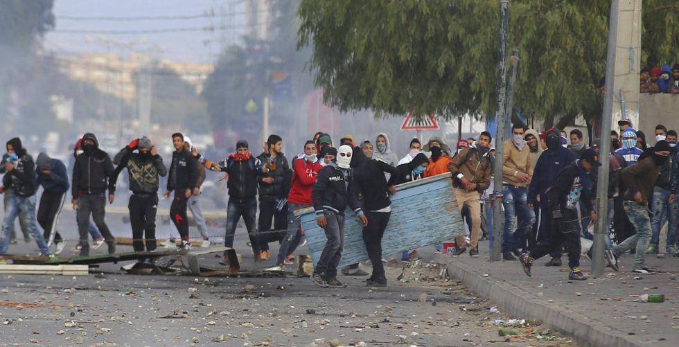 Un grupo de manifestantes en Kasrine, en el centro de Túnez