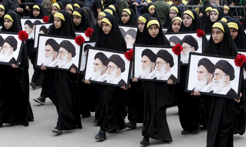 Un grupo de niñas desfiló con los retratos del Ayatolá Khomeini y del actual líder supremo Ayatolá Khamenei, en una marcha organizada en Irán tras el funeral de tres miembros de Hezbolá, el pasado octubre. rn