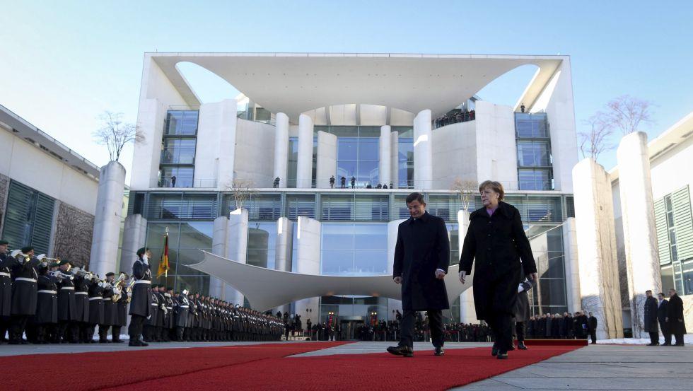 La canciller alemana, Angela Merkel, recibe con honores militares al primer ministro turco, Ahmet Davutoglu, este viernes en Berlín.