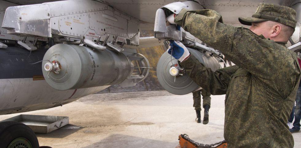 Un técnico de las Fuerzas Aéreas rusas arma un caza en la base de Hemeimeem, en Siria, el pasado miércoles.