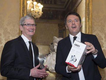 Matteo Renzi (derecha), durante su reunión con el consejero delegado de Apple, Tim Cook, el viernes en Roma.
