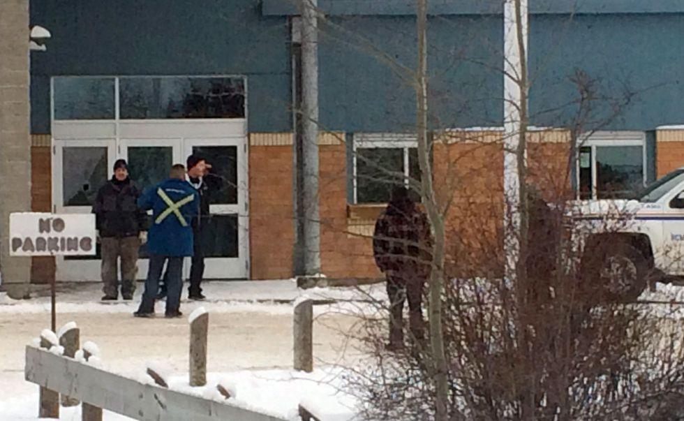 Autoridades resguardan la escuela de La Loche, en Canadá.rn