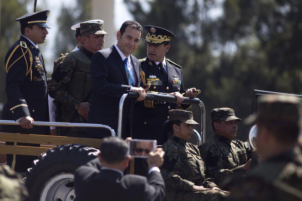 El presidente de Guatemala, Jimmy Morales, acompañado de los mandos militares.