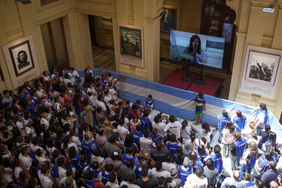 Galería de los patriotas latinoamericanos en la Casa Rosada con Kirchner, Chávez, Che Guevara y Allende en lugar destacado.