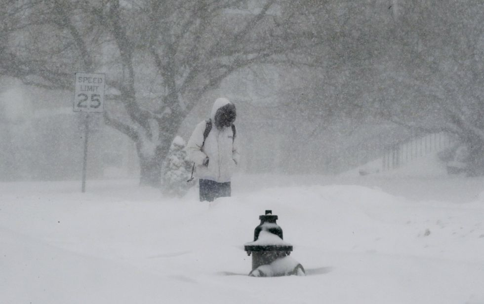 Un hombre camina en medio de la tormenta en Washington, donde se acumulan 58 cm de nieve.