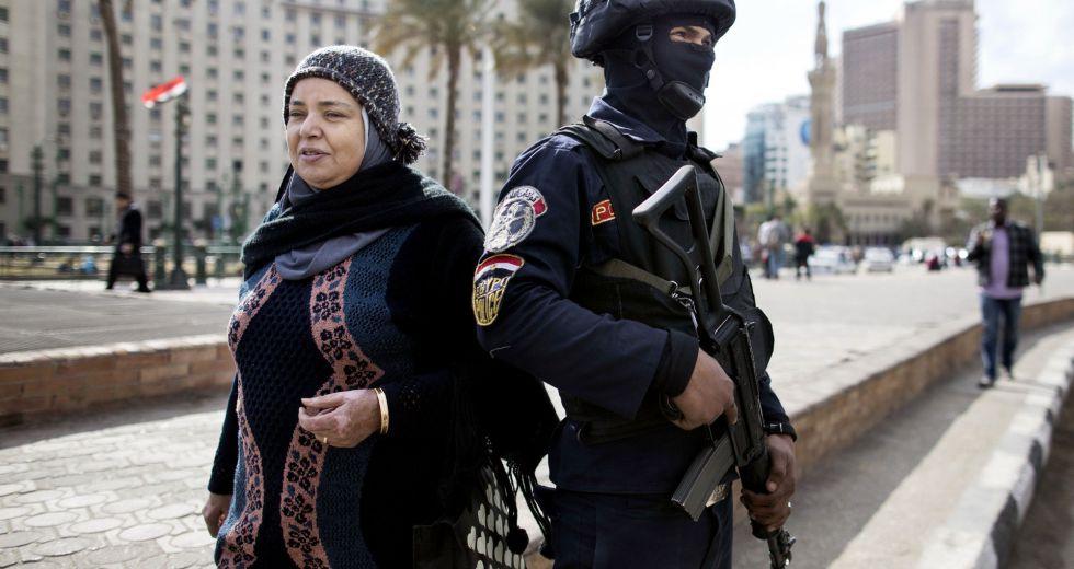 Una mujer pasa junto a un soldado, cerca de la plaza Tahrir