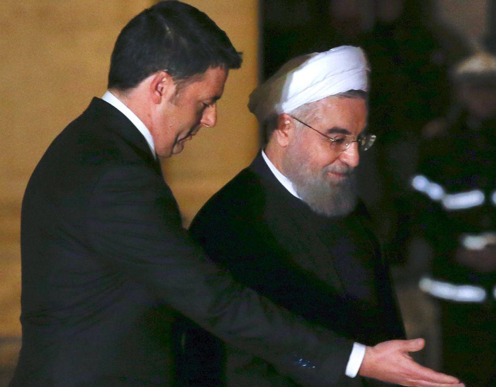 El primer ministro Renzi, junto al presidente iraní, Hassan Rohani, este lunes en Roma.