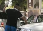 """Los """"trapitos"""" que extorsionan por dejar el coche indignan a Argentina"""