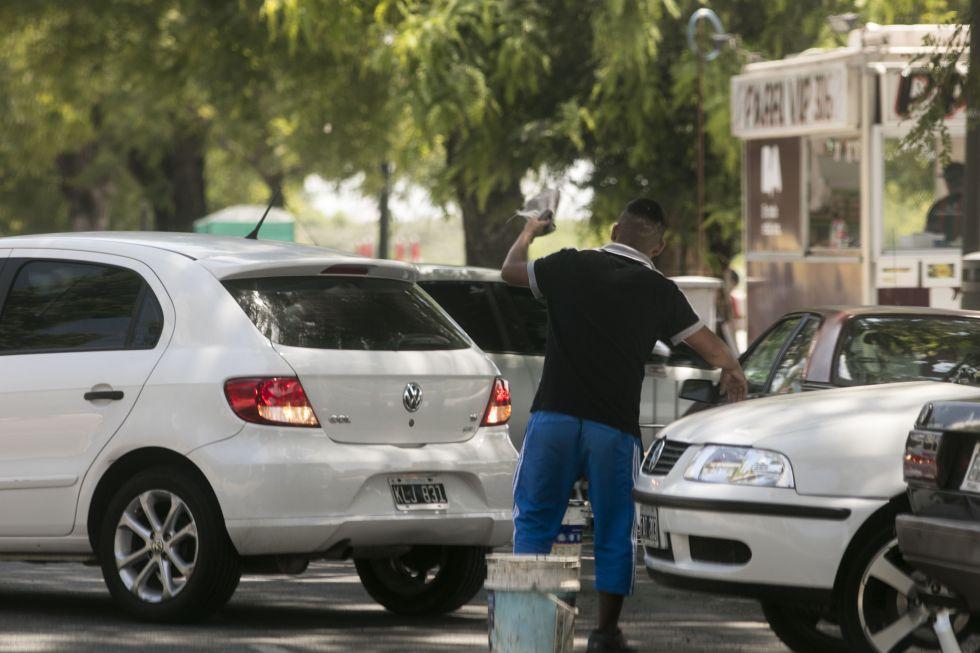 Jóvenes cuidando coches en la zona de oficinas de Puerto Madero
