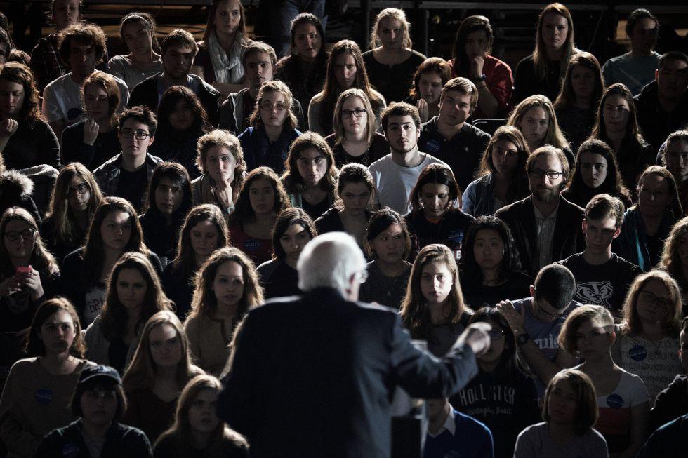 Estudiantes de Iowa escuchan al senador Bernie Sanders, candidato presidencial demócrata.