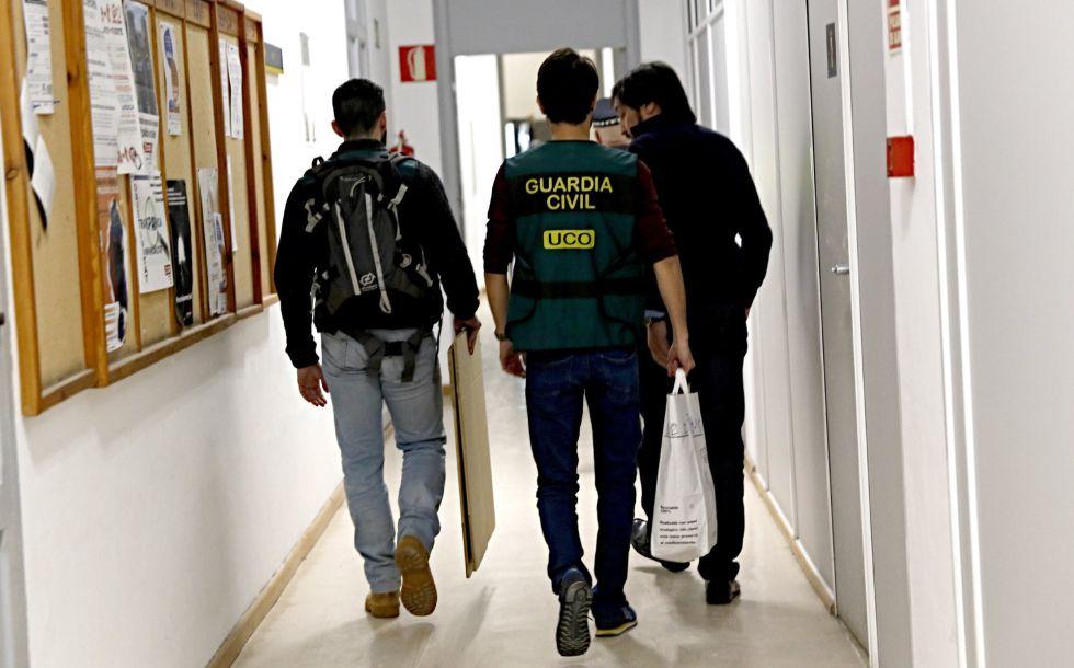 Guardias civiles registran los despachos del grupo municipal del PP en el Ayuntamiento de Valencia
