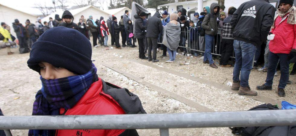 Refugiados sirios, iraquíes y afganos caminan por un camino nevado en Miratovac, en la frontera entre Serbia y Macedonia.