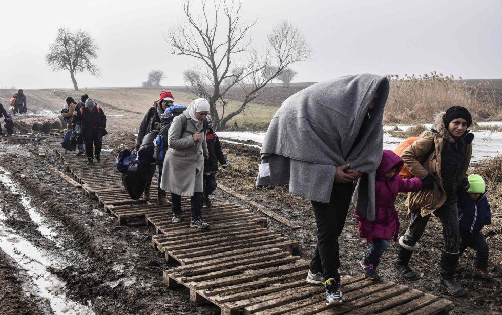 Migrantes y refugiados tras cruzar a Serbia procedentes de Macedonia