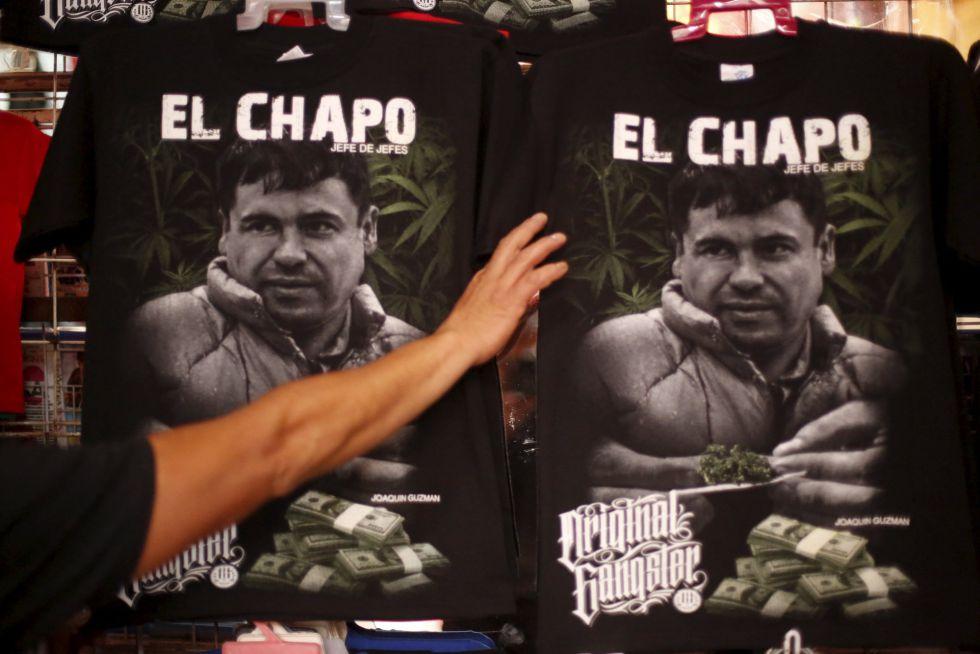 Punto de venta callejero con artículos del Chapo