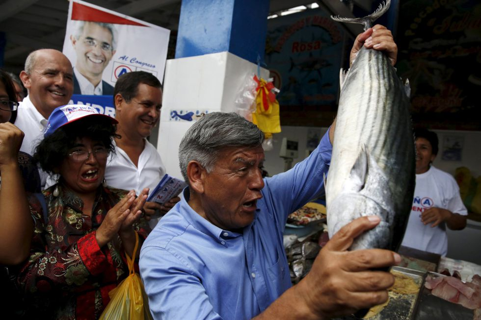 El candidato presidencial César Acuña en una visita a un mercado en Lima.