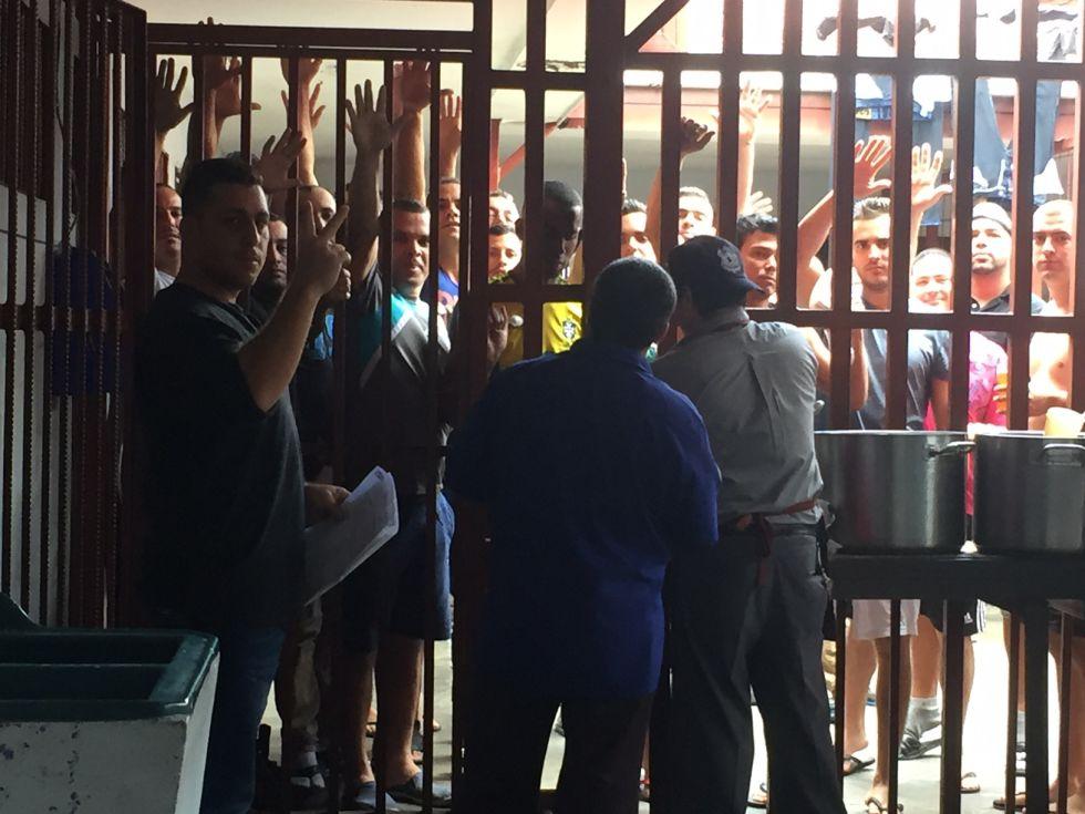 Cubanos detenidos en el  Centro de Aprehensión de Extranjeros de la Policía de Migración costarricense.