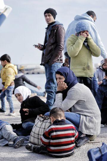 Refugiados en el puerto de Mytilini, en la isla griega de Lesbos.