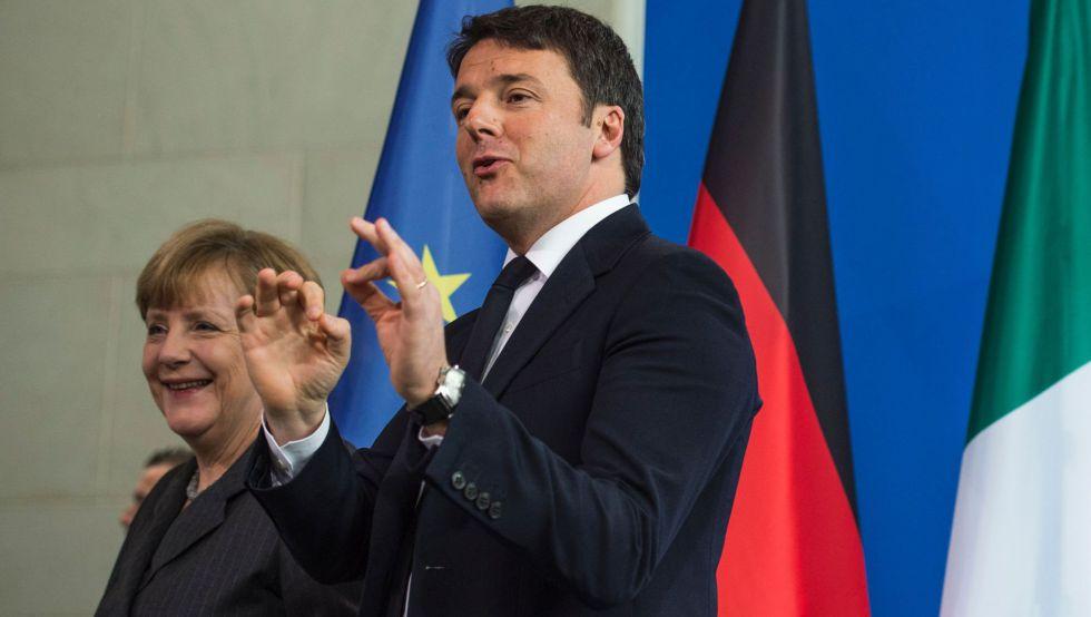 Angela Merkel y Matteo Renzi sonríen tras su reunión en Berlín.