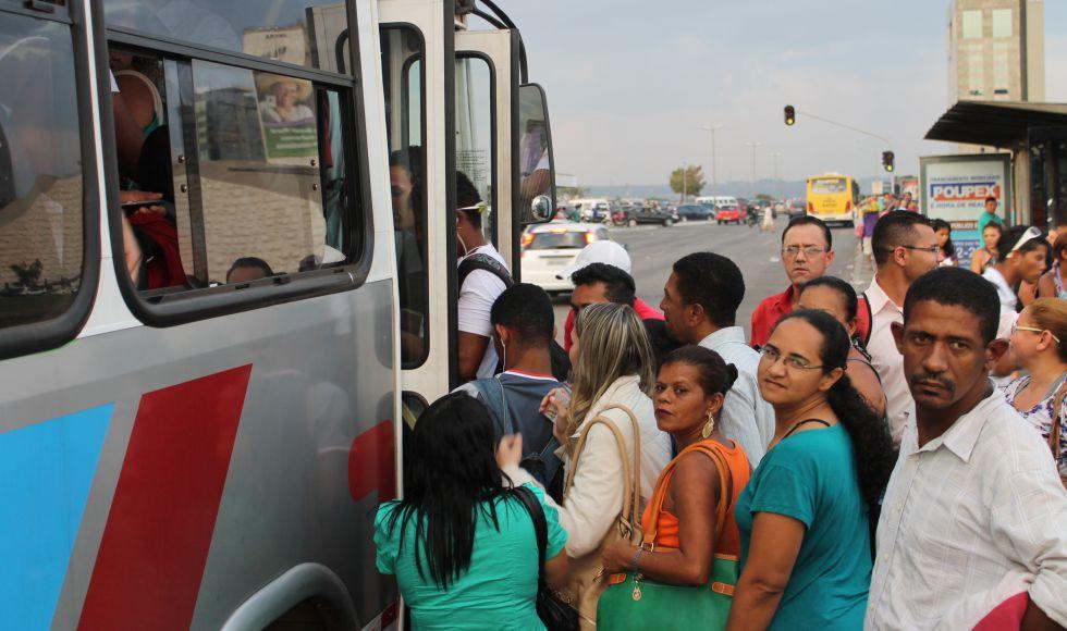 Personas tomando el autobús en una calle de Brasilia.