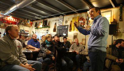 El candidato republicano Ted Cruz en un restaurante de Iowa.
