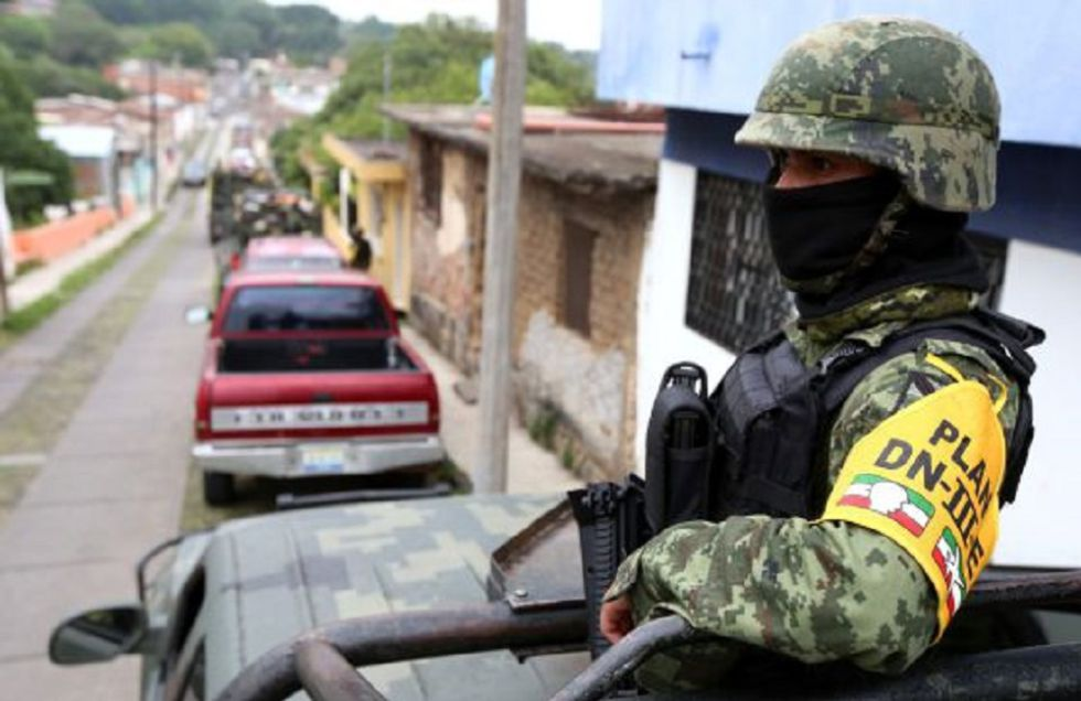Un soldado patrulla una calle en Zacatecas