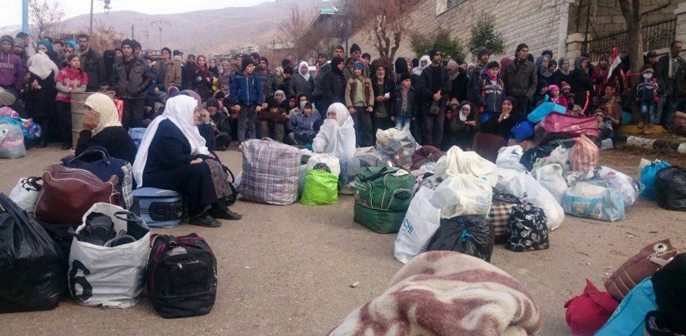 Un grupo de sirios espera la llegada de un convoy de ayuda humanitaria en Madaya el pasado 11 de enero.