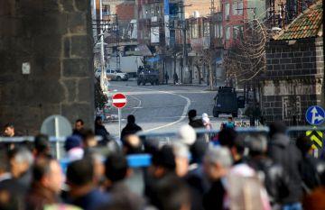 Ciudadanos de Diyarbakir, ante una de las barreras de seguridad en el distrito de Sur.