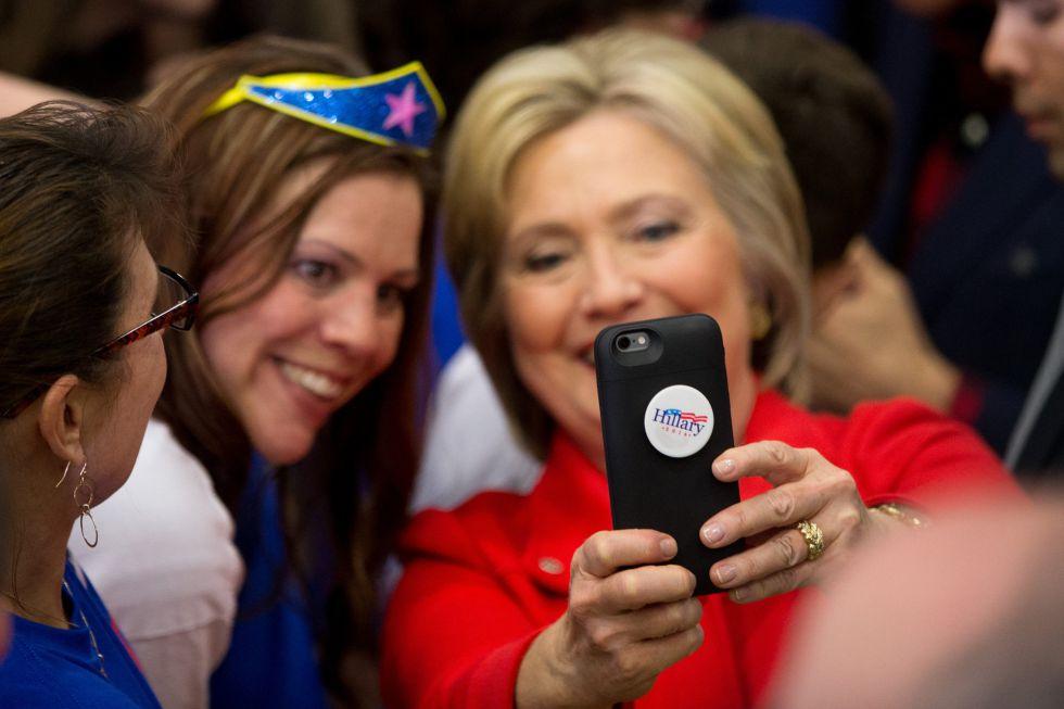 Clinton posa para una foto con una seguidora.