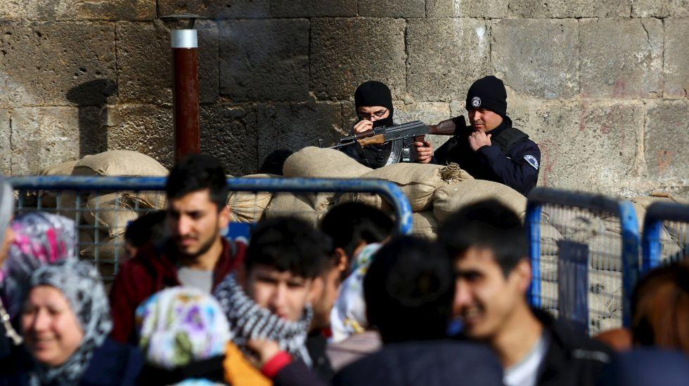 La policía turca custodia la entrada de uno de los distritos de la ciudad kurda de Diyarbakir