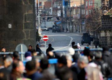 El Ejército turco cerca un sótano con unas 30 personas en el Kurdistán