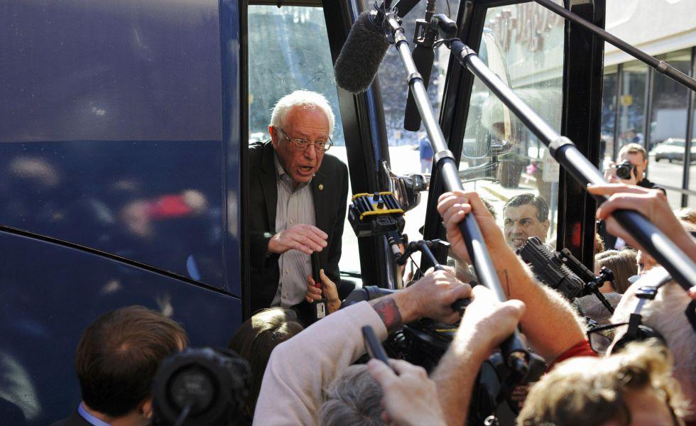 Bernie Sanders se dirige a los medios desde su autobús de campaña