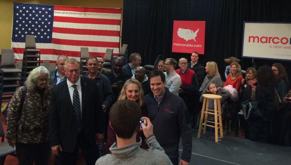 El republicano Marco Rubio atiende a simpatizantes tras un acto en West Des Moines