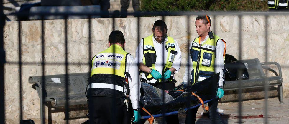 Evacuación de los cadáveres de dos de los atacantes palestinos en Jerusalén.