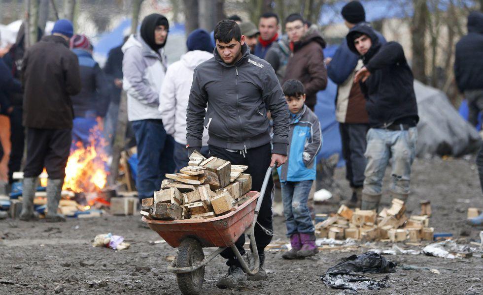 Un migrante en un campo de refugiados, este miércoles en Calais, Francia.