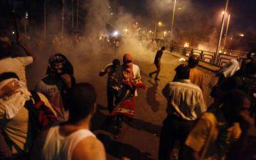 La policía intenta dispersar una concentración de islamistas, en 2013 en El Cairo.