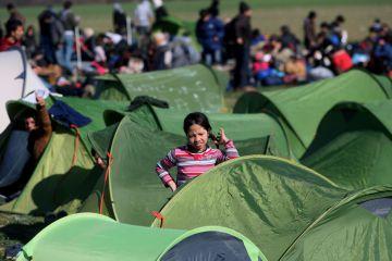 Miles de refugiados esperan en Idomeni para pasar la frontera greco-macedonia.