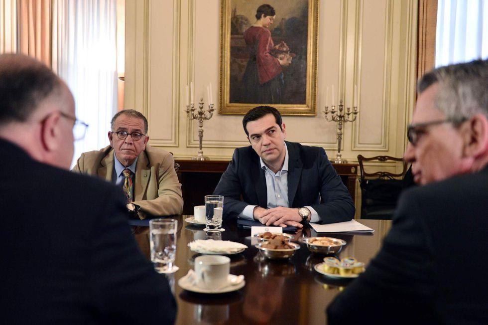 Yannis Mouzalas, a la derecha de Tsipras, en Atenas.