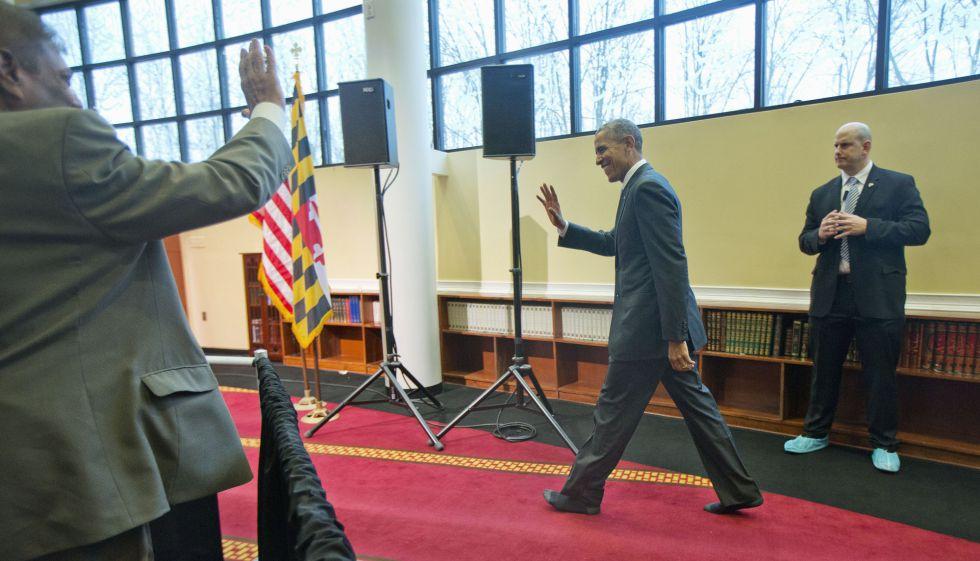 Obama anda sin zapatos en la mezquita de Baltimore
