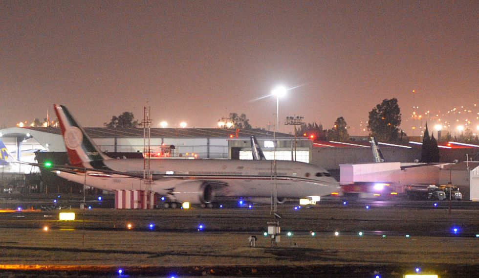El nuevo avión presidencial aterriza en el aeropuerto de la Ciudad de México.