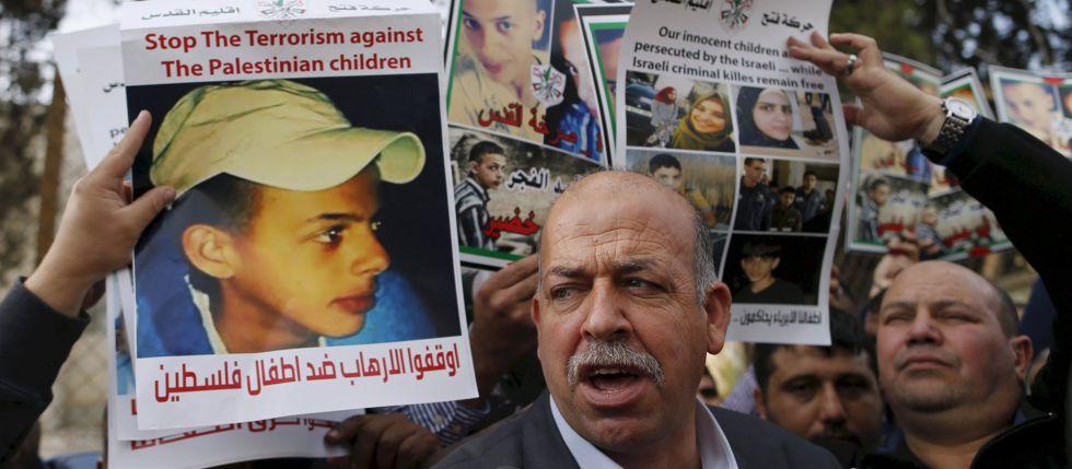 Protesta ante un tribunal de Jerusalén con carteles del adolescente palestino asesinado.