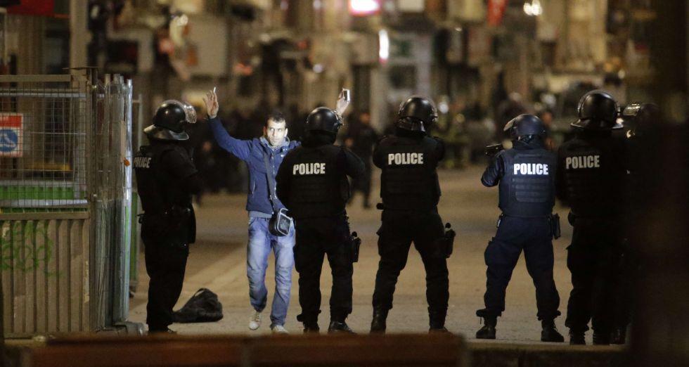 Un transeúnte levanta los brazos frente a la policía el pasado noviembre en el suburbio de Saint-Denis, París.