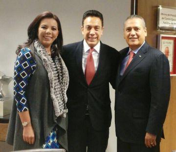 Omar Fayad (centro) con Carolina Monroy, secretaria general del PRI, y Manilo Fabio Beltrones, presidente del partido